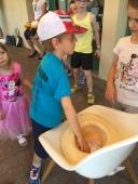 Les enfants piochent dans le chapeau